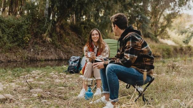 Szczęśliwa para w lesie długie ujęcie