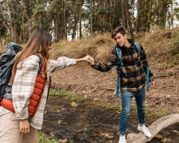 Szczęśliwa para w lesie, trzymając się za ręce