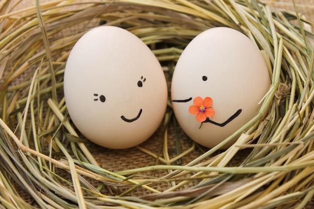 Szczęśliwa para w miłości. mężczyzna daje kwiaty kobiecie