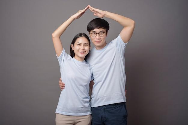 Szczęśliwa para w niebieskiej koszuli robi szyję w kolorze szarym