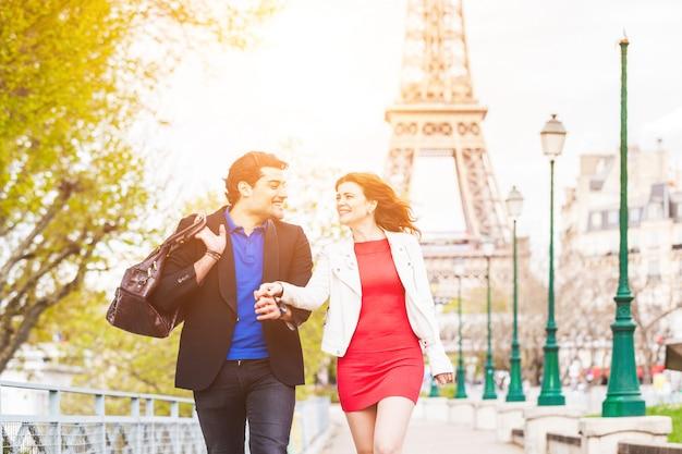 Szczęśliwa para w paryżu z wieży eiffla