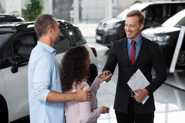 Szczęśliwa para w salonie samochodowym?
