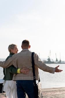 Szczęśliwa para w średnim wieku ma randkę