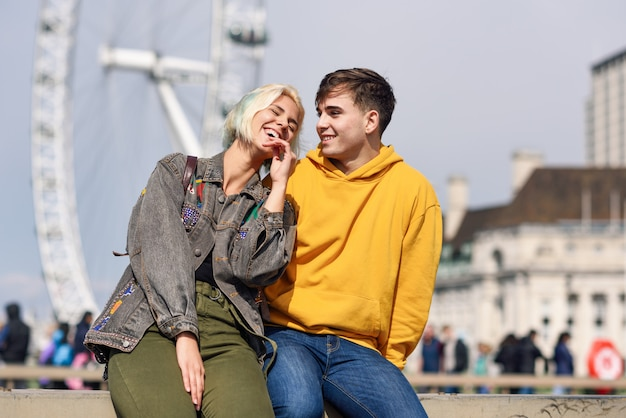 Szczęśliwa para westminster bridge, river thames, londyn. uk.