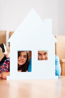 Szczęśliwa para z domu signxa