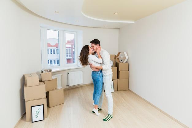 Szczęśliwa para z kartonami w nowym domu