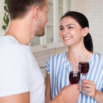 Szczęśliwa para z kieliszkami do wina
