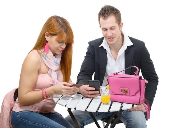 Szczęśliwa para z telefonami komórkowymi