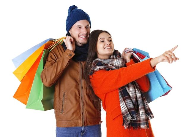 Szczęśliwa para z zakupami na białym tle