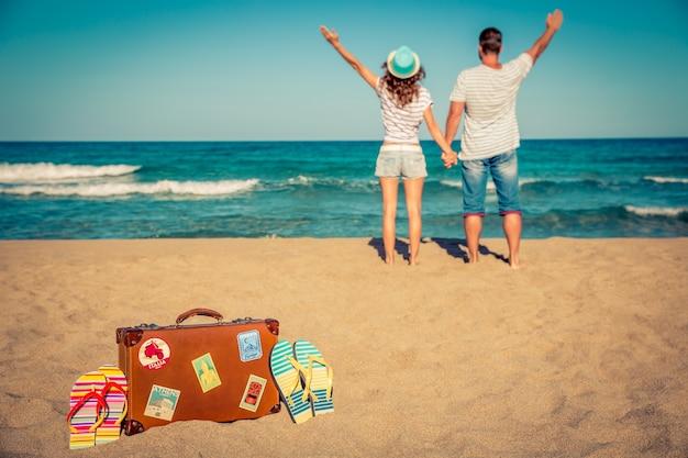 Szczęśliwa para zabawy na plaży koncepcja letnich wakacji i podróży