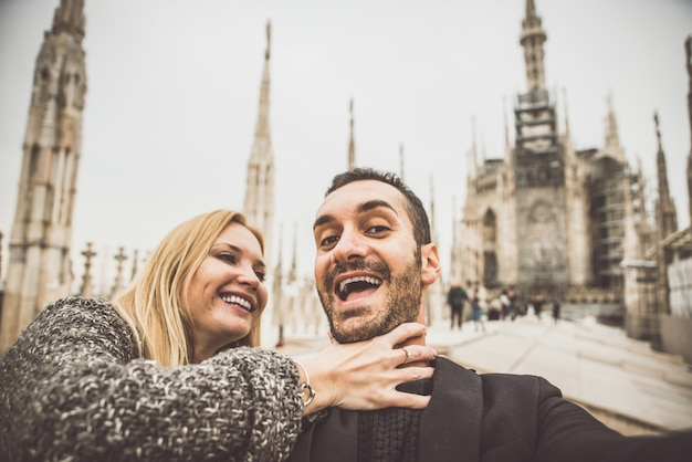 Szczęśliwa para zabawy z selfie na szczycie katedry