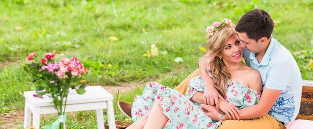 Szczęśliwa Para Zakochana W Parku I Wspólnie Spędzając Dzień. Premium Zdjęcia