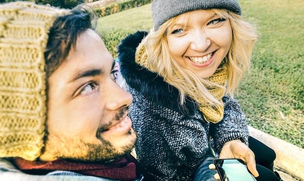 Szczęśliwa para zakochanych, ciesząc się czasem na świeżym powietrzu na zimowych ubraniach