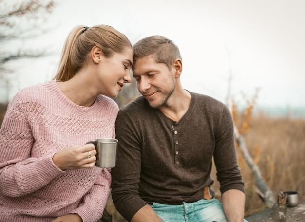 Szczęśliwa para zakochanych dotykała czoła w naturze