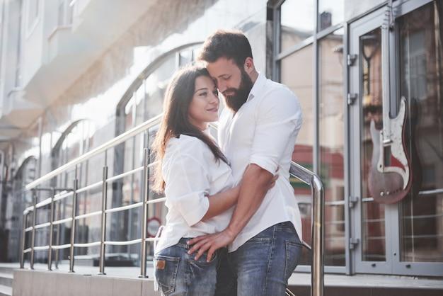 Szczęśliwa para zakochanych na ulicy.