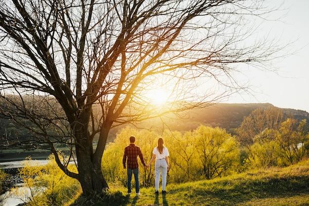 Szczęśliwa para zakochanych na wiosnę o zachodzie słońca.