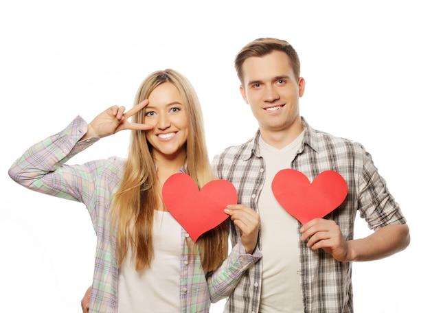 Szczęśliwa para zakochanych, trzymając czerwone serce