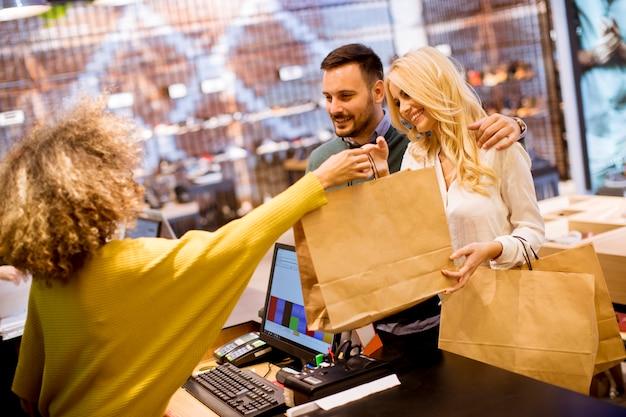 Szczęśliwa para zakupy w sklepie odzieżowym