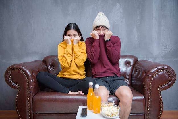 Szczęśliwa para zostaje w domu i ogląda filmy