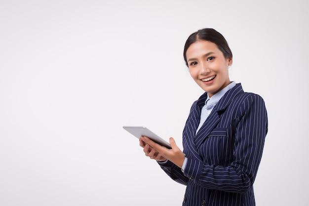 Szczęśliwa pewna siebie biznesowa kobieta z tabletem komputerowym