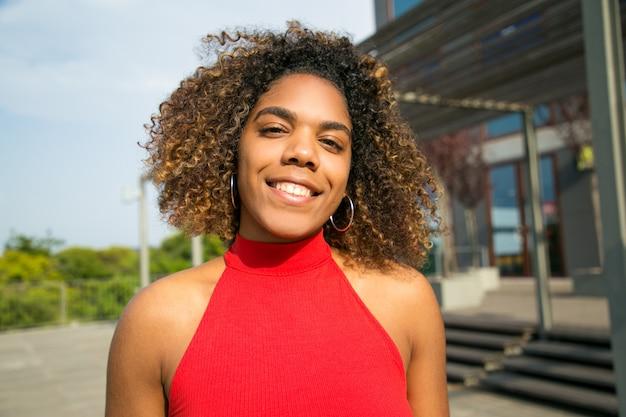 Szczęśliwa piękna amerykanin afrykańskiego pochodzenia studencka dziewczyna