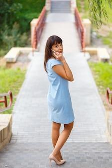 Szczęśliwa piękna dziewczyna dzwoni telefonem