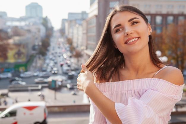 Szczęśliwa piękna kobieta na ulicach miasta