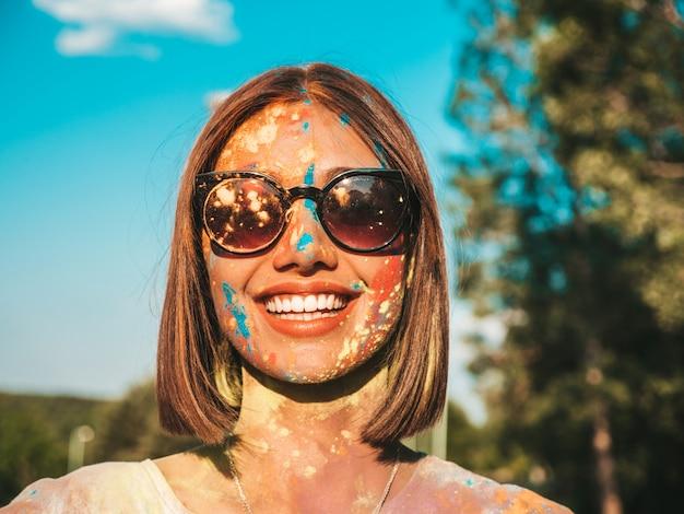 Szczęśliwa piękna kobieta po imprezie na festiwalu kolorów holi