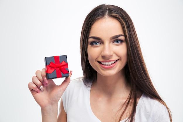 Szczęśliwa piękna kobieta trzyma małe pudełko