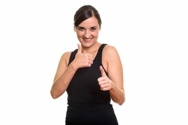 Szczęśliwa piękna kobieta uśmiechając się i dając kciuki do góry
