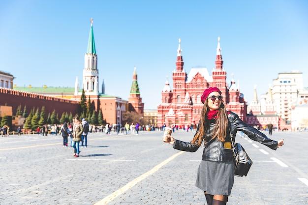 Szczęśliwa piękna kobieta w moskwa placu czerwonym
