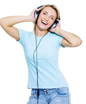 Szczęśliwa piękna kobieta z słuchawkami na białym tle