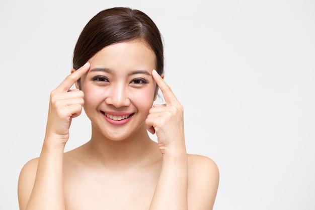 Szczęśliwa piękna młoda azjatycka kobieta z czystą świeżą skórą