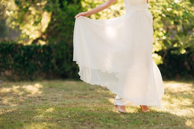 Szczęśliwa piękna panna młoda na zewnątrz suknia ślubna fruwająca!
