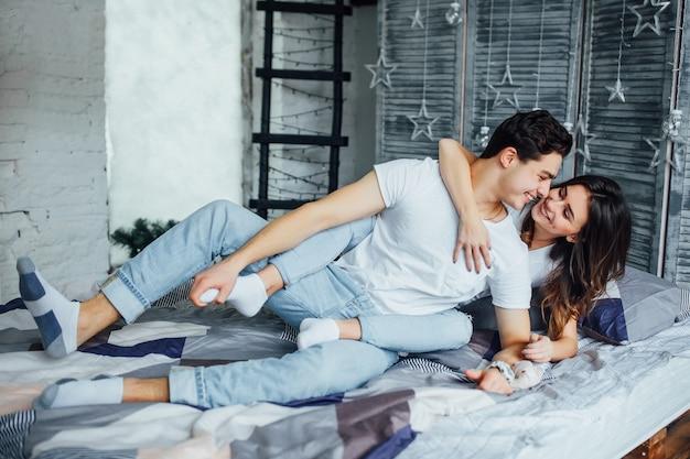 Szczęśliwa piękna para w ich pokoju. miłość