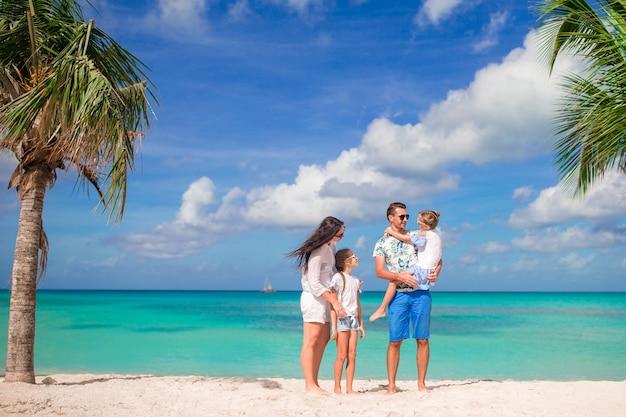 Szczęśliwa piękna rodzina na plaży
