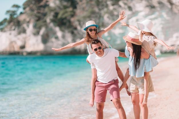 Szczęśliwa piękna rodzina z dzieciakami na plaży