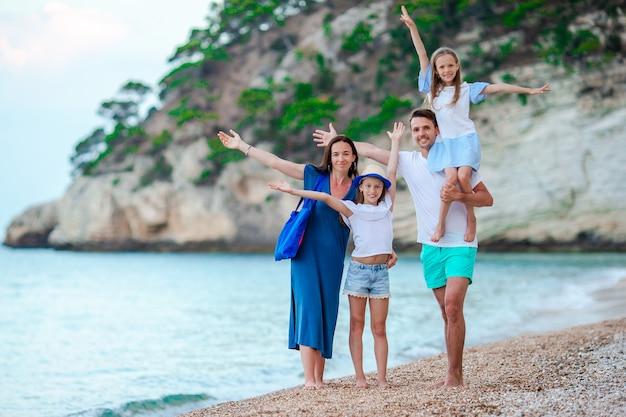 Szczęśliwa piękna rodzina z dziećmi na plaży