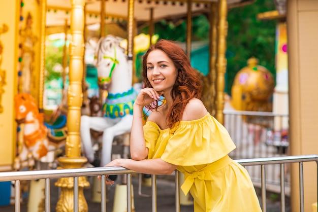 Szczęśliwa piękna ruda dziewczyna spaceru w parku
