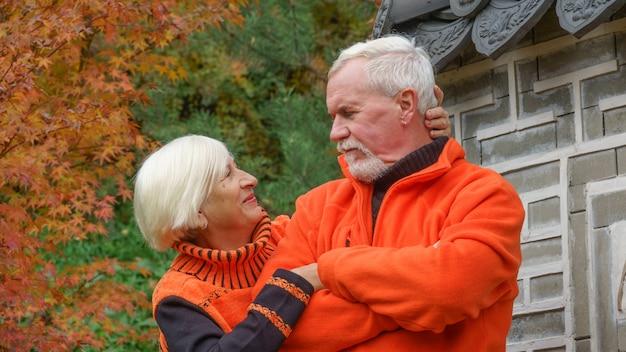 Szczęśliwa piękna starsza para małżeńska
