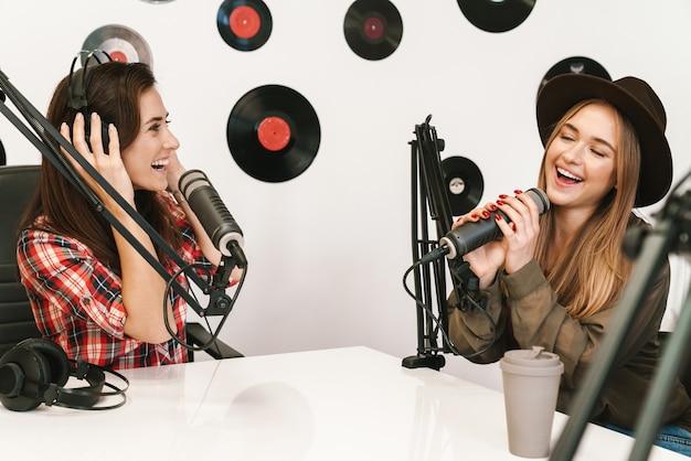 Szczęśliwa piosenkarka występująca w programie radiowym podczas nagrywania podcastu do programu online
