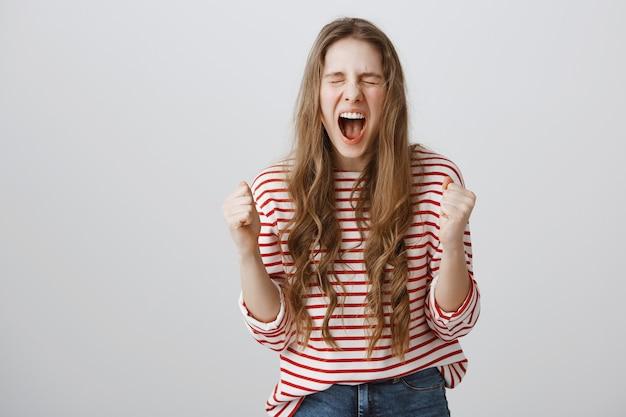 Szczęśliwa podekscytowana dziewczyna zostaje mistrzem, wygrywając konkurs