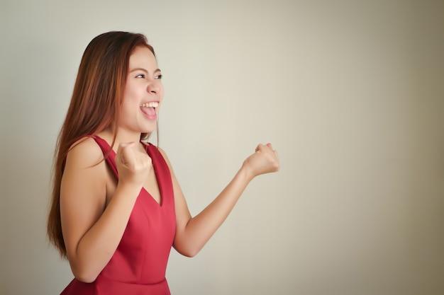 Szczęśliwa podekscytowana kobieta sukcesu krzycząca, mówiąca, ogłaszająca na głos