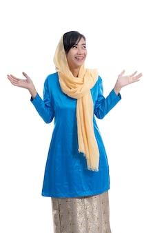 Szczęśliwa podekscytowana muzułmańska kobieta na białym tle