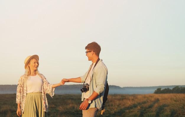 Szczęśliwa podróż para relaksuje wpólnie. happy lovers on honeymoon