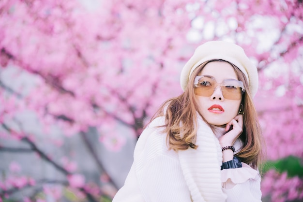 Szczęśliwa podróży kobieta, uśmiech z sakura czereśniowymi okwitnięciami drzewnymi na wakacje i podczas gdy wiosna, azjata