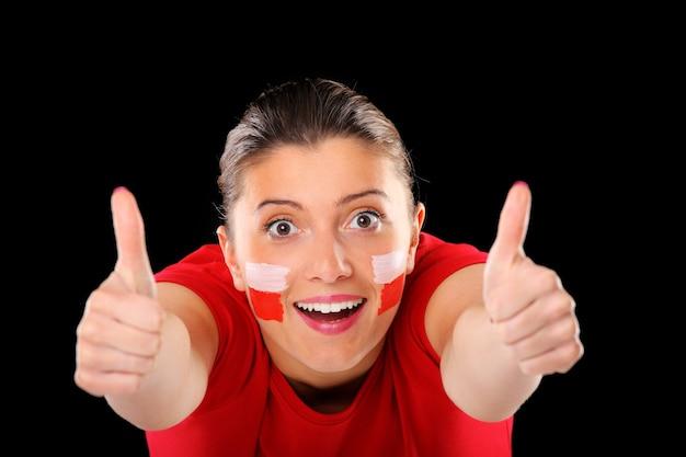 Szczęśliwa polska fanka pokazująca znak