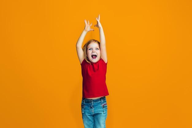 Szczęśliwa pomyślna dziewczyna świętuje być zwycięzcą