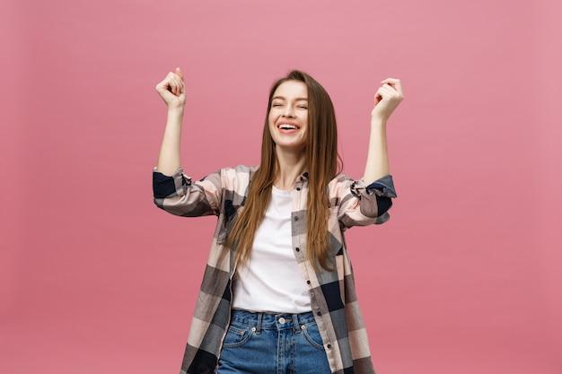 Szczęśliwa pomyślna młoda kobieta z uśmiechem