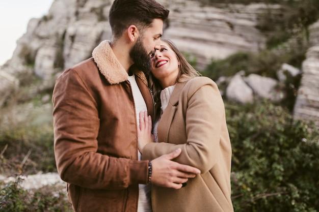 Szczęśliwa potomstwo para obejmuje each inny